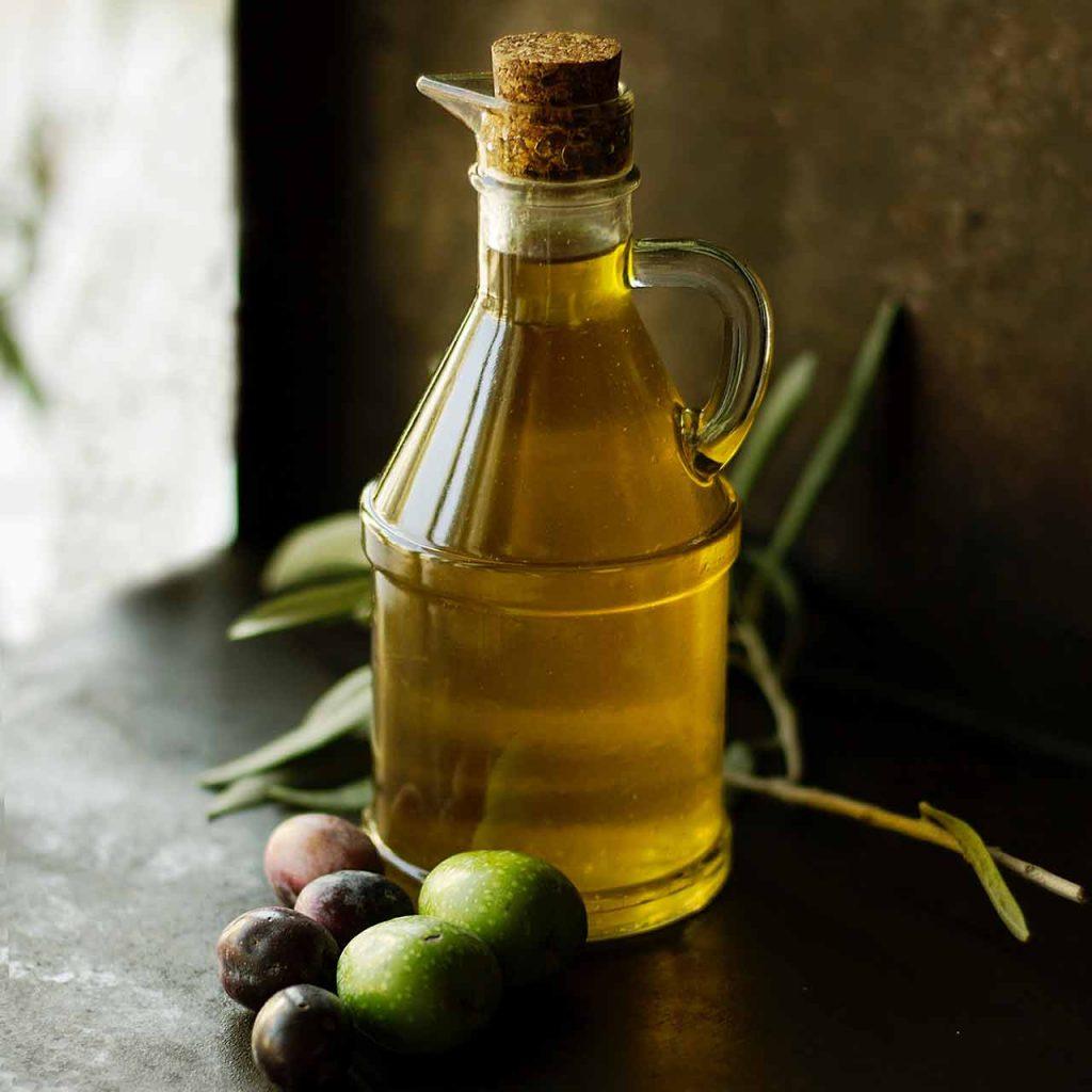 Aceitero y olivas de distintas variedades para la producción de aceite de Oliva Virgen Extra AOVE y sus diferencias con el virgen