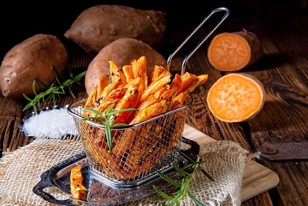 Freír Patatas fritas con una cesta metálica